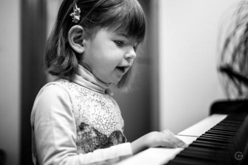 Cute piano player-1
