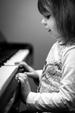 Cute piano player-2